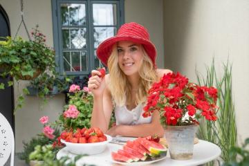 annuals «annuals», food «dish», Lifestyle, live healthy, Pelargonium (Genus), strawberry (Genus), Strawberry, terrace, touch-me-not (Genus), woman